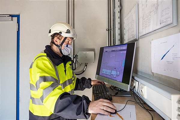 Borealis Employee checking the plant data__(c)Borealis